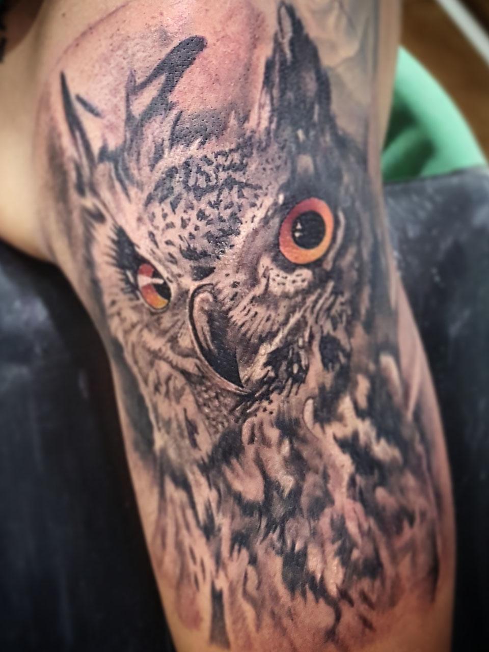 jose-andres-cardoso-tattoo-012-black-red-upper-arm