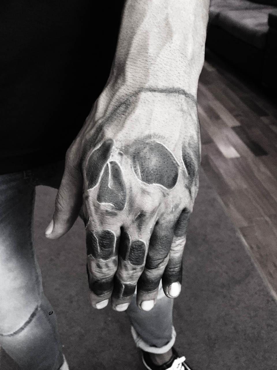 kevin-deuso-tattoo-025-black-grey-hand-fingers